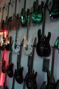 2015 06 27 - Gitarren an Wand 02